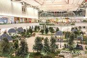 자연을 담은 첨단 백화점 '더현대 서울'… 12m 폭포·녹색 공원이 실내에