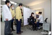 코로나19 병동 미화원, 화이자 백신 1호 접종 '丁 총리 참관'