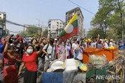 """미얀마 시위 유혈 사태 """"최소 18명 사망""""…실탄 경고사격까지"""