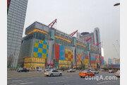 몰려드는 인파에… 현대백화점 '더현대 서울', 주말 차량 2부제 시행