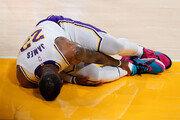 깔려서 발목 부상 기어나간 제임스