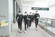 축구대표팀 日 도착… 2시간 코로나 검사 대기후 이동