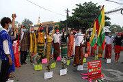 미얀마, '손 맞잡고' 평화 시위