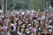 미얀마 시위대, 저항의 '부활절 달걀' 선보이며 투쟁 계속
