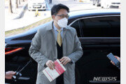나흘째 침묵하는 김진욱, 손에는 '형법각론'…어떤 의미?