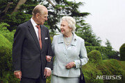 """英 여왕 """"필립공 마지막 순간은 기적…삶에 큰 구멍 생겼다"""""""