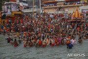 마스크도 없이 갠지스 강물에 '풍덩'…힌두교 축제에 인도 비상