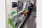 """""""제 집 안방마냥…"""" 지하철 좌석에 드러누운 여성들 '눈살'"""