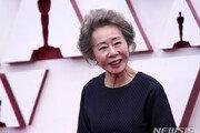 오스카 거머쥔 윤여정, 한국 배우 최초 기록…55년 연기 인생