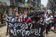 """미얀마 쿠데타 만 3개월 수천명 거리로 나와…""""7명 사망"""""""