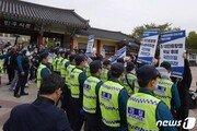 5·18묘역 참배 온 김기현, 대학생들 항의시위에 곤욕