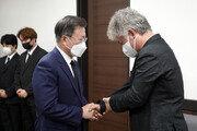 """文대통령, 평택항 작업중 숨진 이선호 씨 빈소 찾아 """"송구스럽다"""""""
