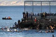 '바다 수영'으로 스페인령까지… 줄잇는 모로코 불법 이주민들