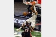 '외곽 압도' 밀워키, 마이애미 꺾고 NBA PO 2연승