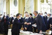 美 이어 英서도 문대통령 만나러 온 '코로나백신' 글로벌 제약사들