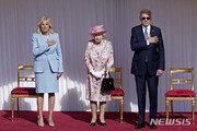 """""""바이든, 왕실 예법 어겼다""""…선글라스 쓴 채 英여왕 인사 논란"""