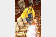 멜빵바지 입고 본회의 참석하는 류호정 의원