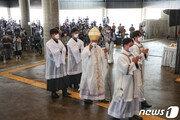 '韓 최초 교황청 장관' 유흥식 대주교 30일 바티칸行…'교황 방북' 가교 역할도