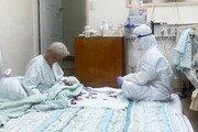 방호복 입고 치매 할머니와 화투 맞추는 간호사 [청계천 옆 사진관]