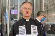 """英 신부, 스스로 입 꿰매고 침묵 시위 """"언론 규탄"""""""