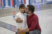 홀로 아프간 탈출한 3세 아이, 캐나다서 아빠 만나