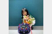 '스우파' 노제, 케이크+꽃다발 속 무결점 미모 자랑