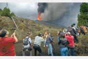 50년 만의 화산 폭발… 스페인령 라팔마섬에 몰린 취재진
