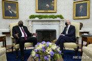 """바이든, 케냐 대통령에 """"코로나 백신 1700만회분 지원"""""""
