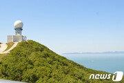 백령도 해안에 북한 어선 추정 목선 떠내려와 발견