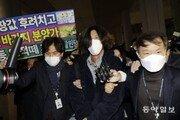 '대장동 키맨' 남욱, 침묵 입국…공항서 체포돼 검찰 압송