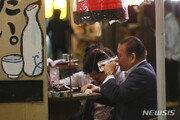 코로나 급감 일본, 백신 접종 완료율 70%…재유행 안심 못해