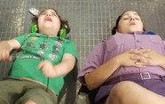 자폐증 아이 울자 같이 드러누운 놀이동산 직원