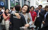 """""""수고했어요""""…메달 놓친 김서영 뜨겁게 안아준 김정숙 여사"""