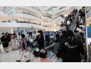 어린이날인 5월 5일 오후 서울의 한 대형 복합쇼핑몰이 방문객으로 붐비고 있다. 밀폐된 다중이용시설에서 에어컨을 가동하는 것은 특히 위험할 수 있다고 전문가들은 경고한다. [뉴스1]