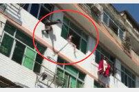 투신하려던 여성에 물대포 쏴…창문→방안으로 '구조'