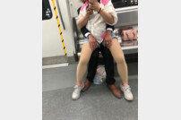 中 지하철 꼴불견 커플 '눈살'
