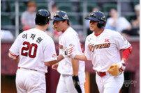 [포토] 선제 투런포 최정, 329홈런 KBO 현역 최다홈런 타이!