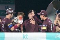 [포토] 박병호 '샌즈 나도 홈런 쳤다'