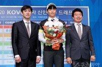 [포토] 인하대 김웅비 '1라운드 3순위로 OK 저축은행!'