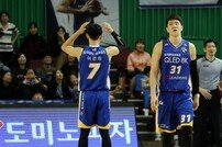 [포토] 김준일 '치명적인 실책에 아쉬움 가득한 표정'