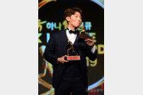 [포토] 김보경, MVP 트로피에 키스를