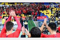 [포토] 응원나온 팬들에게 인사하는 홍콩!