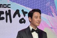 "[DA:이슈] 김동욱 MBC 연기대상 ""'커프'로 첫 데뷔→12년 만에 대상…감사"""
