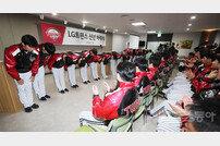[포토] 인사하는 LG의 신인 선수들