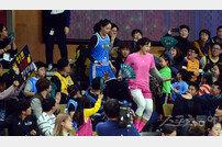 [포토] 팬투표 1,2위 김단비-강이슬, 팬들의 사랑을 한 몸에~