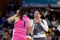 [포토] 12번째 선수 이혜수, 김단비와 기쁨의 환호!