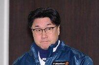 [포토] 김상진 코치 '긴장된 입장'