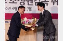 [포토] 축하 꽃다발 받는 조성원 감독