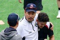 [포토] 김민재 코치 앞에서 얌전한 배정대!