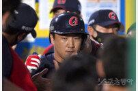 [포토] 정훈 '동점타에 역전 홈런까지'